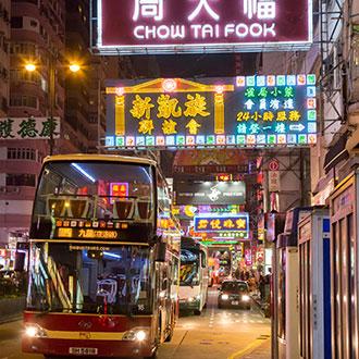 香港繁忙街道上的巴士