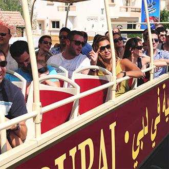 Reisende in einem Big Bus durch Dubai