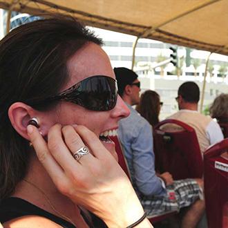 Frau mit Kopfhörern hört sich Kommentar an