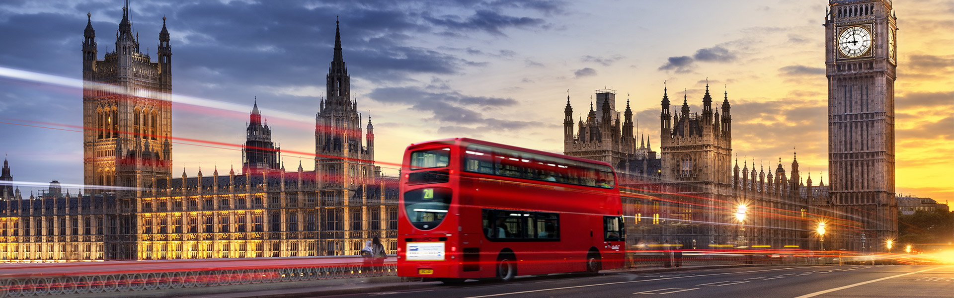 Bus rouge traversant Westminster