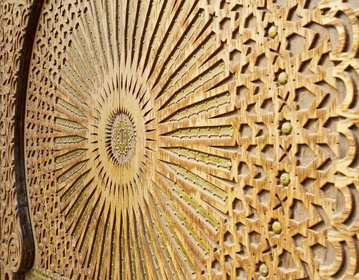 Kunstvolle Holztür in Abu Dhabi