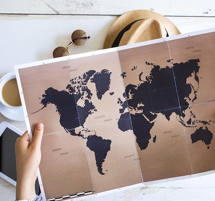 Reisender, der eine Karte betrachtet
