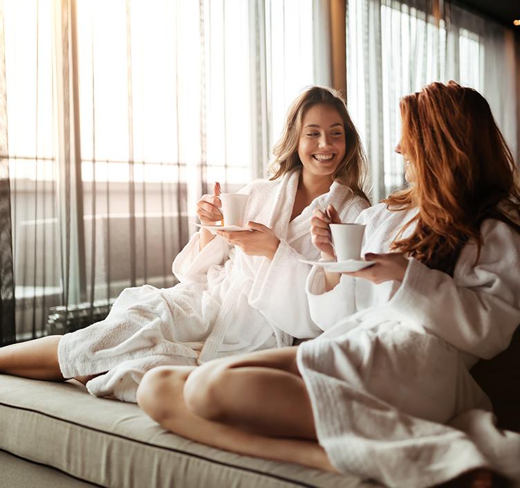Damen, die einen Badekurorttag genießen