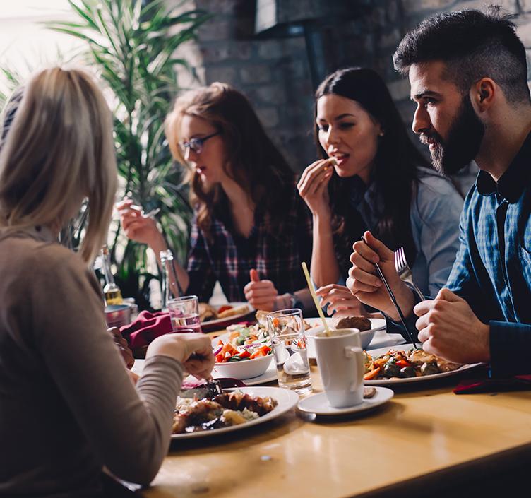 Freunde, die eine Mahlzeit in einem Restaurant genießen