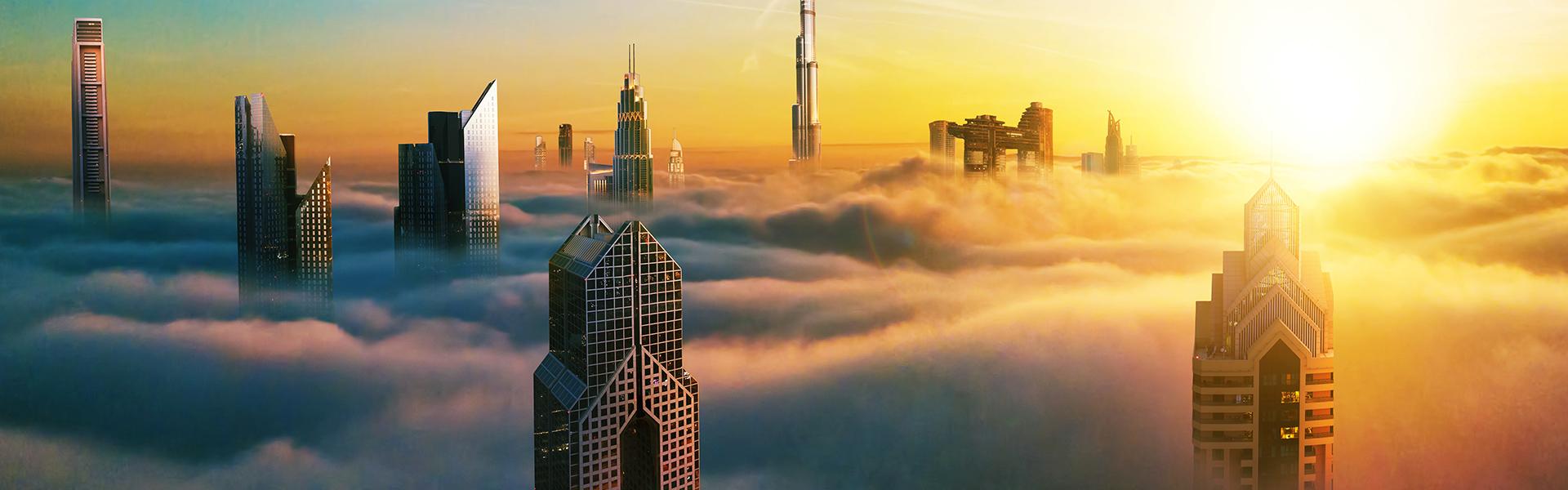 Wolken, die Wolkenkratzer in Dubai umgeben