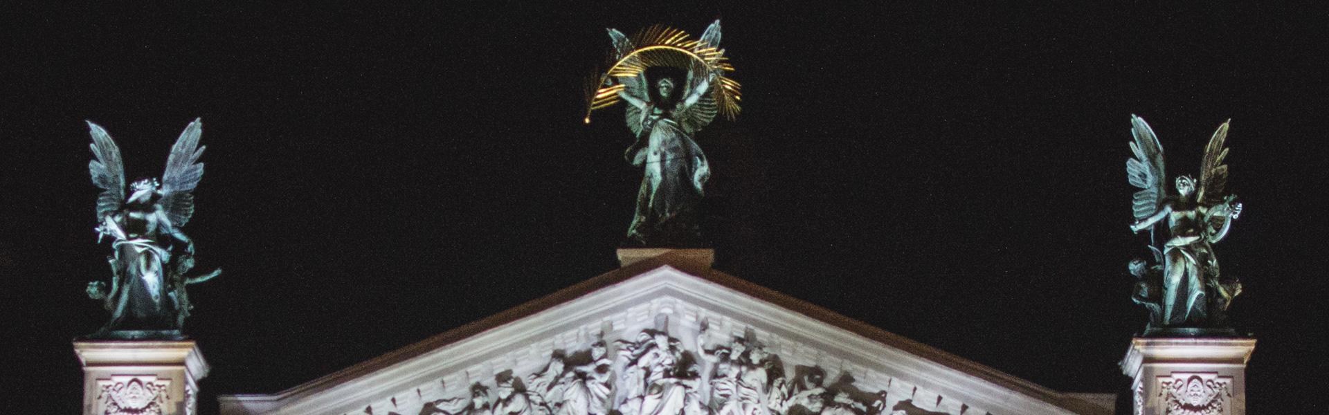 Wiener Oper nachts beleuchtet