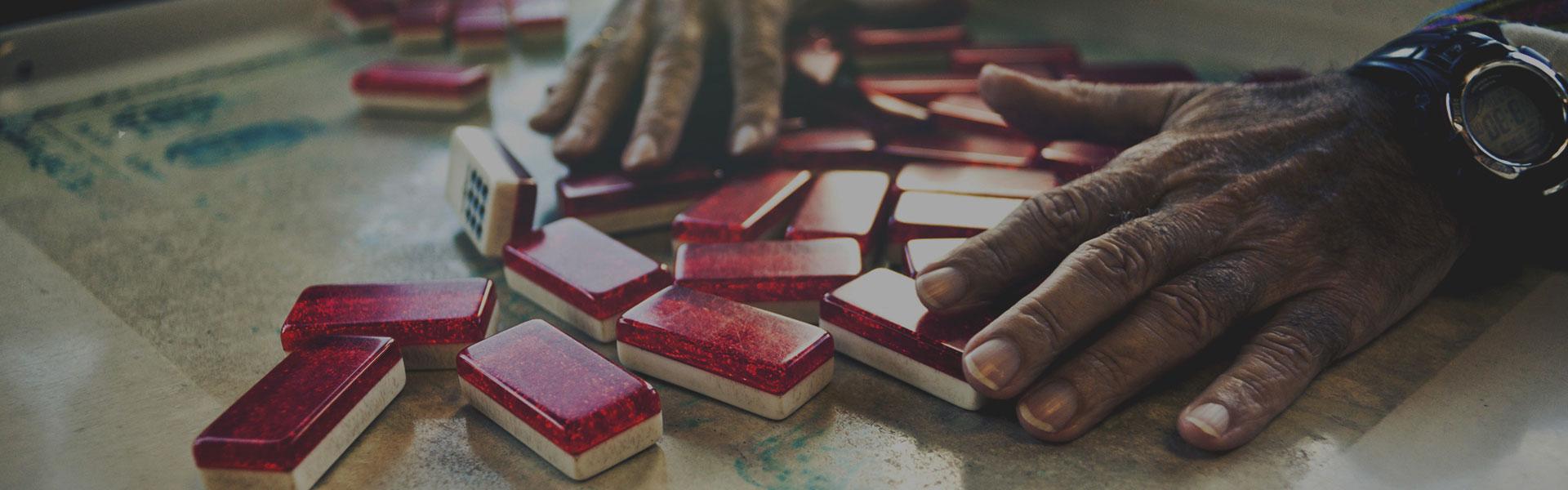 Jugando al dominó en La Pequeña Habana