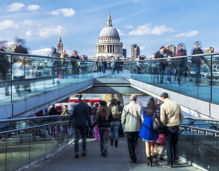 Überfüllte Brücke mit Blick auf St. Pauls in London