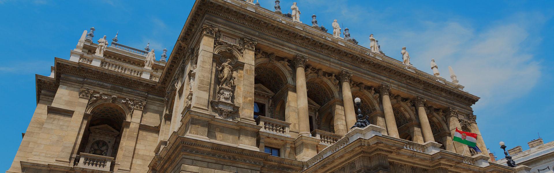 Az Operaház Budapesten a folyó felől