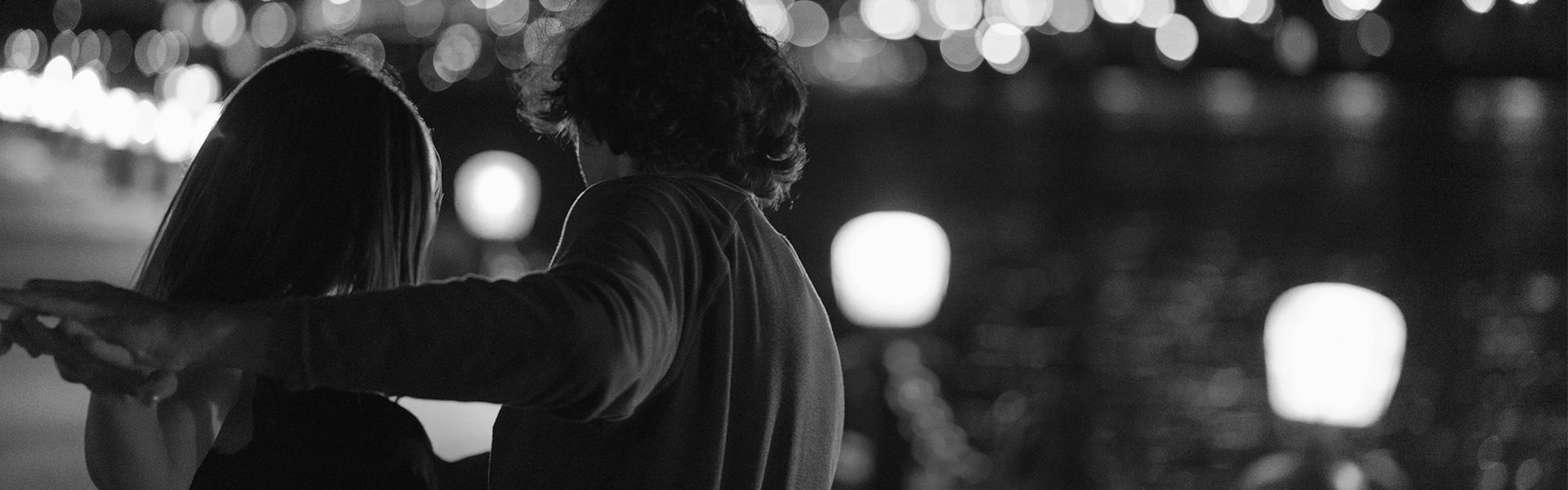 Pareja bailando al aire libre en la noche