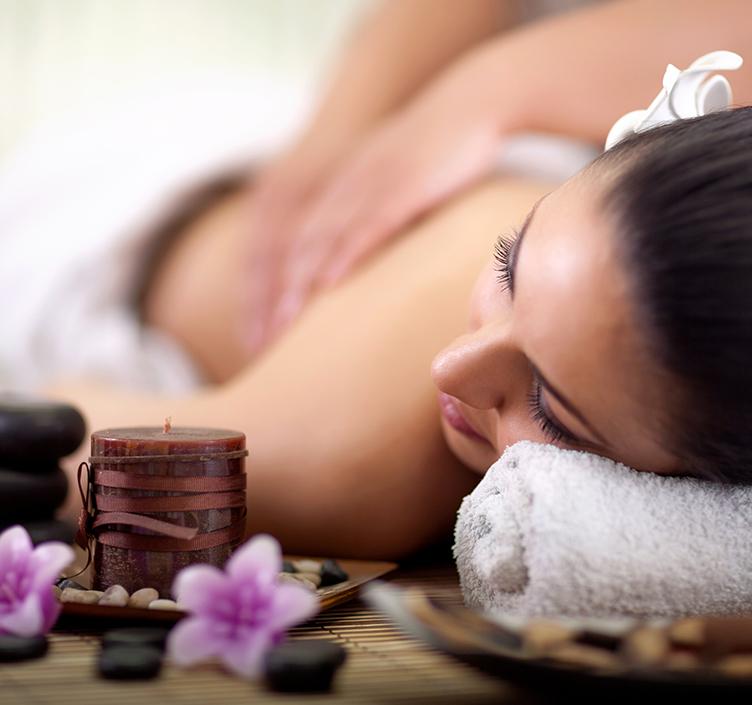Dame, die eine Massage in einem Badekurort erhält