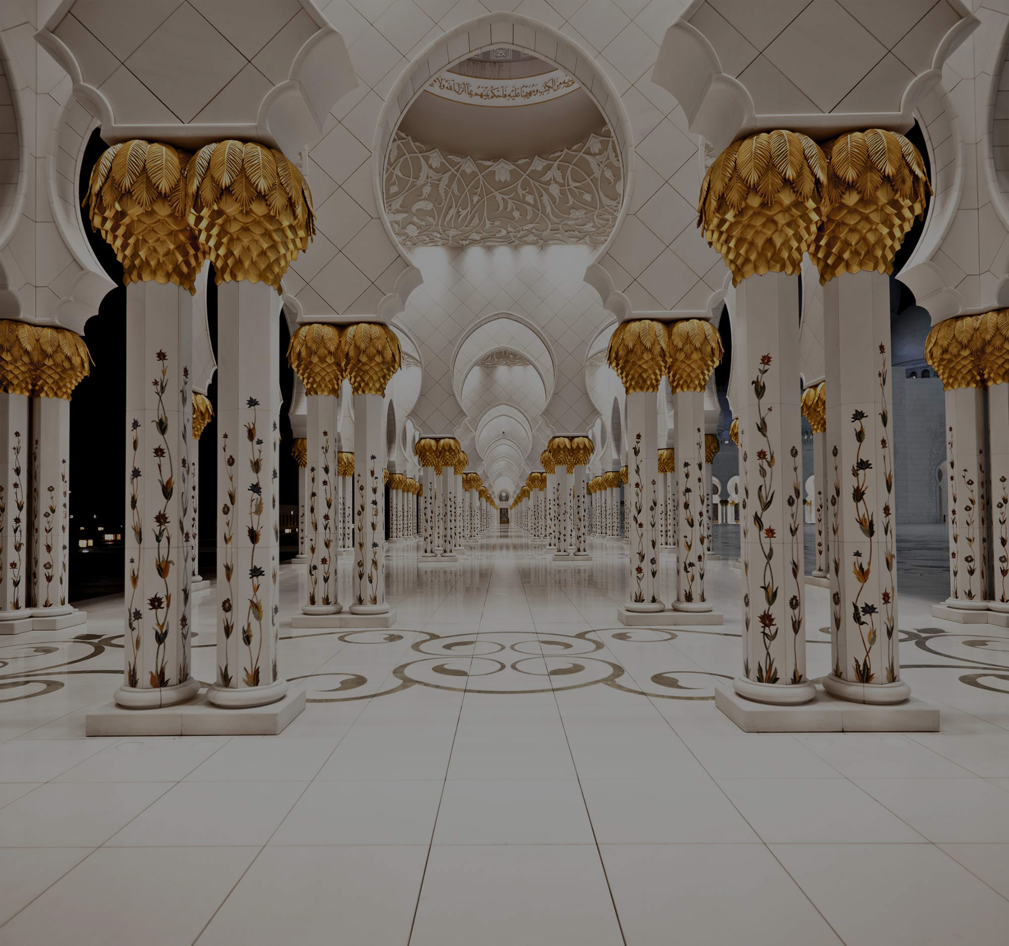 Im Inneren der Scheich-Zayid-Moschee in Abu Dhabi