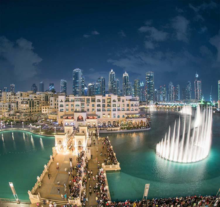 Springbrunnen in Dubai bei Nacht