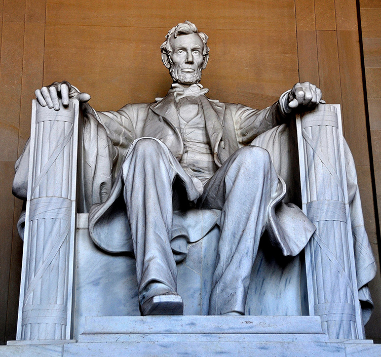A seated president Abraham Lincoln sculpture