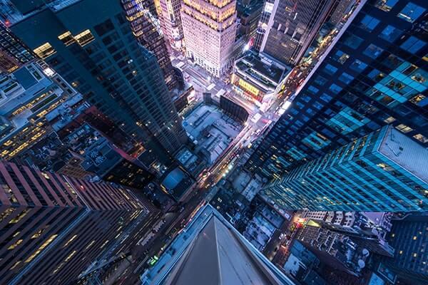 Camine por encima del skyline de la ciudad