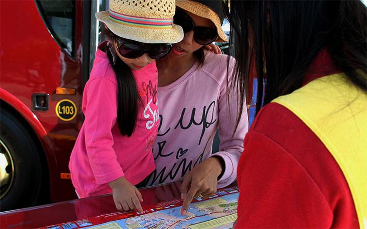 Mutter und Tochter schauen auf Abu Dhabi Tourplan