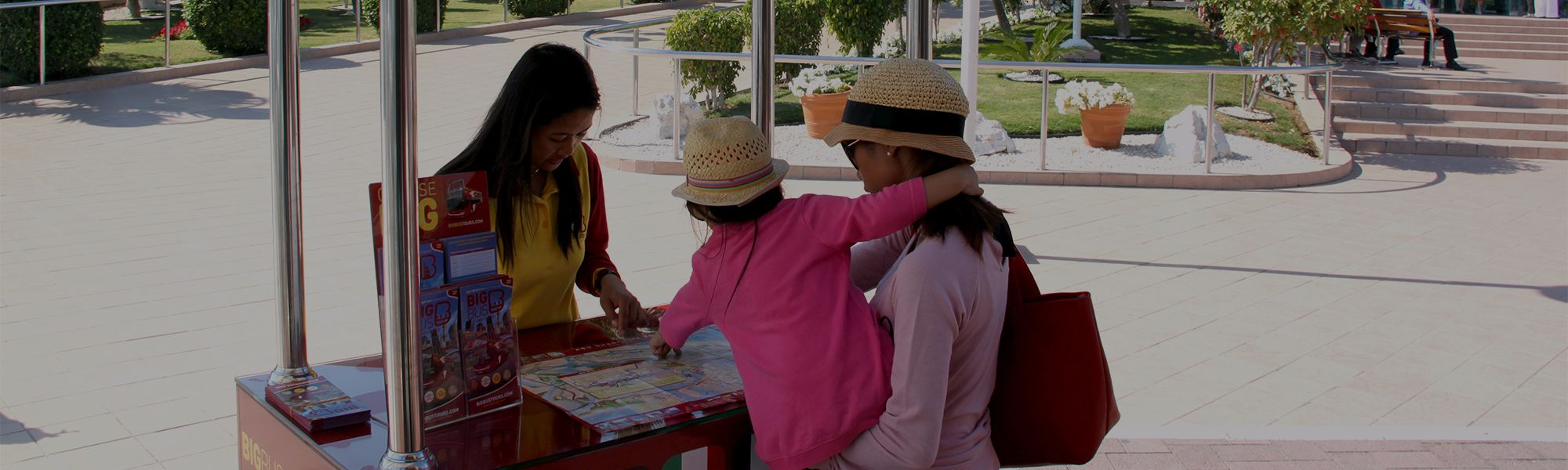 Big Bus Mitarbeiter helfen Mutter und Tochter in Abu Dhabi