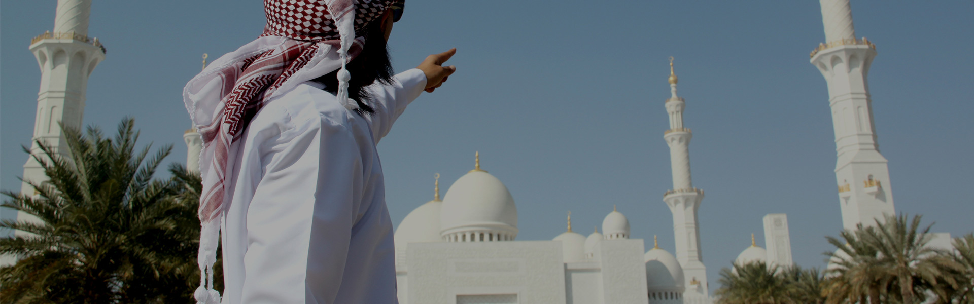 Tourist pointing to Sheikh Zayed Grand Mosque in Abu Dhabi