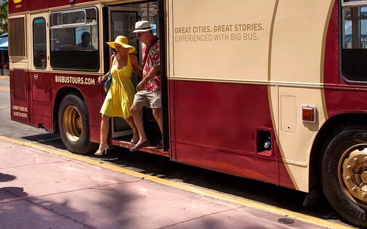 Paar hop off aus einem Big Bus Tours Bus
