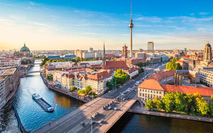 Blick auf ein Boot auf der Spree in Berlin