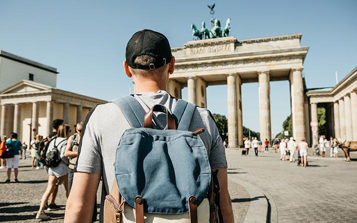 Bild des Mannes gehend in Richtung zum Brandenburger Tor