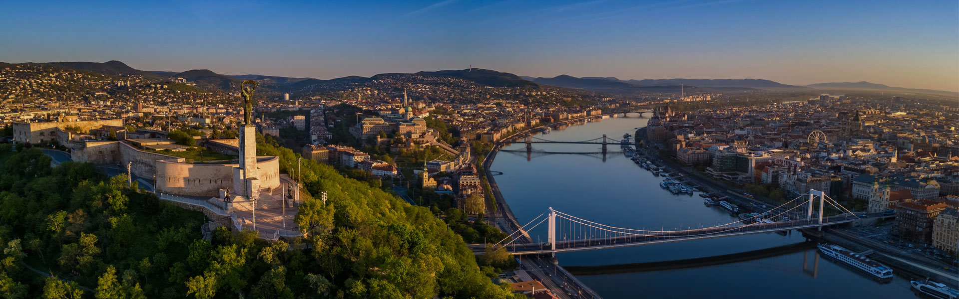 kilátással a budapesti erődre és a duna-folyóra