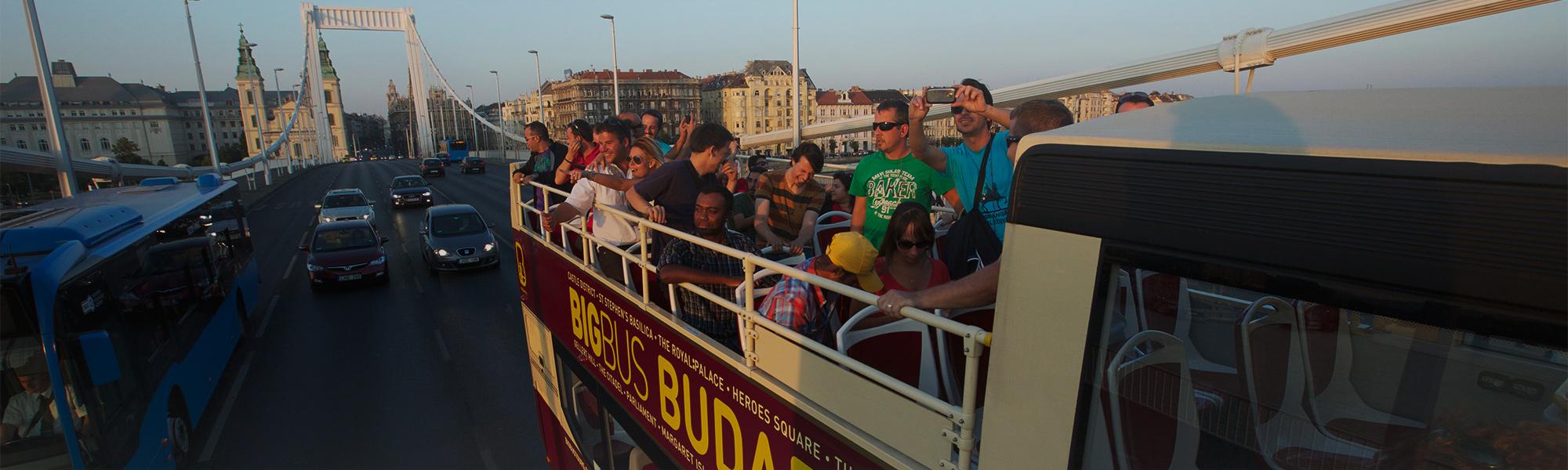 Utasok egy budapesti buszon