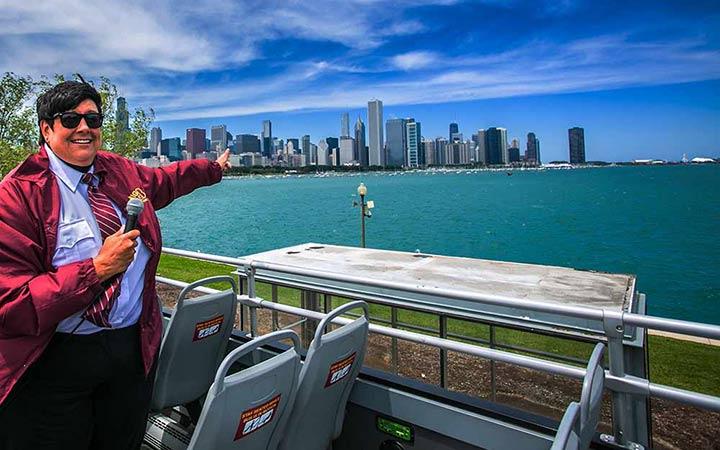 Un guía enseñando Chicago