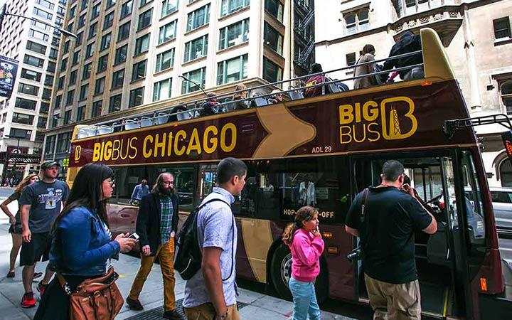 Pasajeros subiéndose a un tour en autobús en Chicago