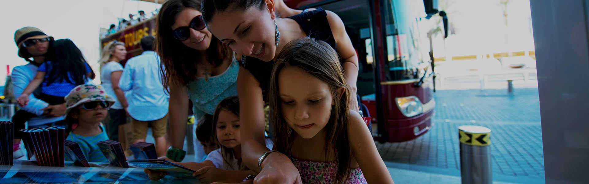 Familie sieht sich Karte von Big Bus an