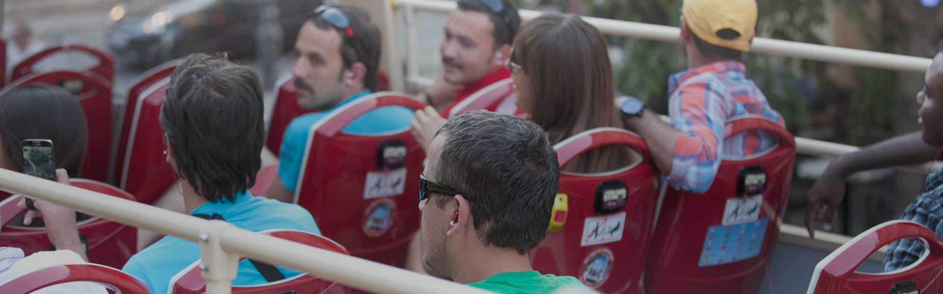 Touristen auf ihrer Fahrt mit Big Bus durch Dubai