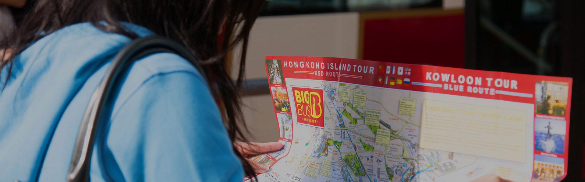 游客正在查看香港 Big Bus Tours 地图