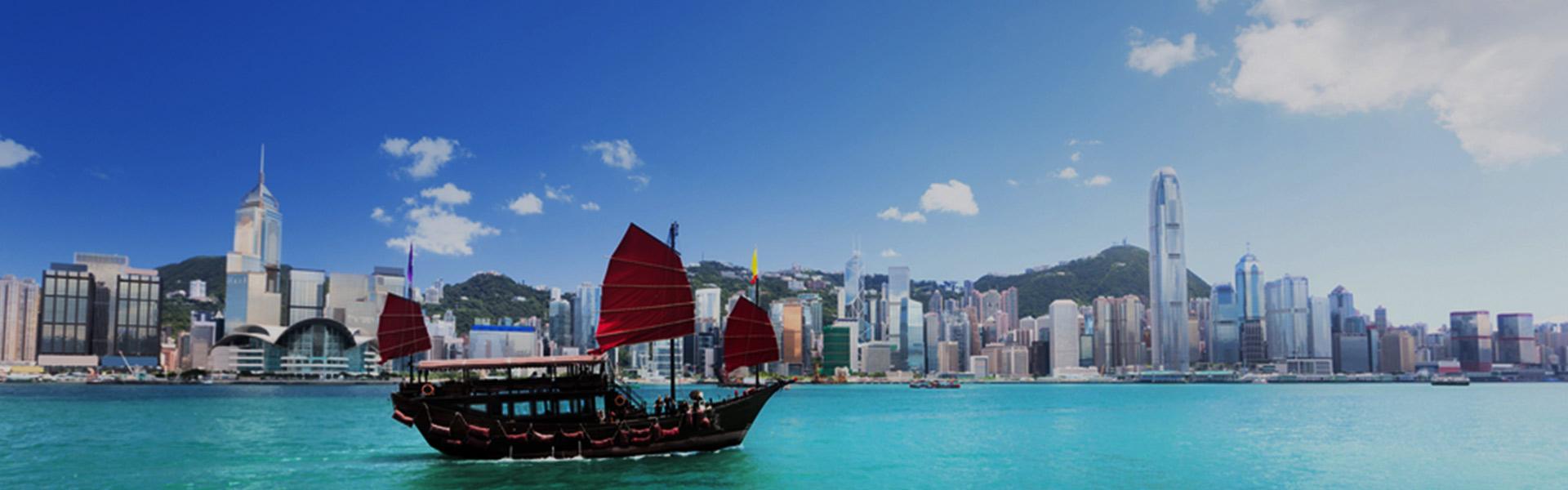 傳統舢舨遊上的香港高樓景致