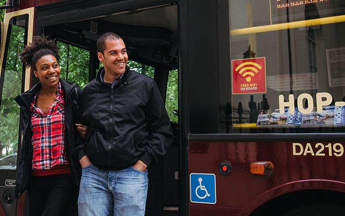 Zwei Personen steigen aus einem Bus von Big Bus Tours London aus