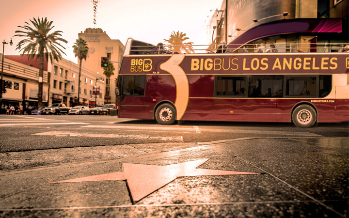 Autobús de Big Bus Tours Los Ángeles en el Paseo de la Fama de Hollywood