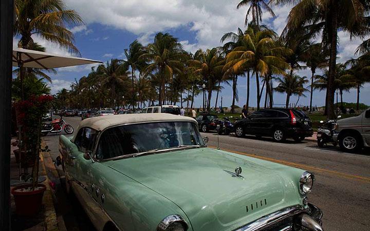 Un coche clásico color clorofila en Ocean Drive de Miami