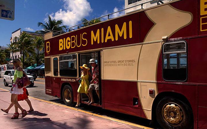 Pasajeros que bajan de un autobús de Big Bus Tours en Miami