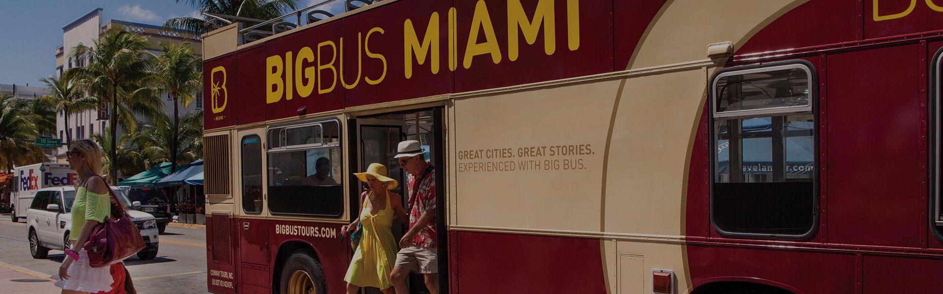 Fahrgäste steigen aus Big Bus in Miami aus
