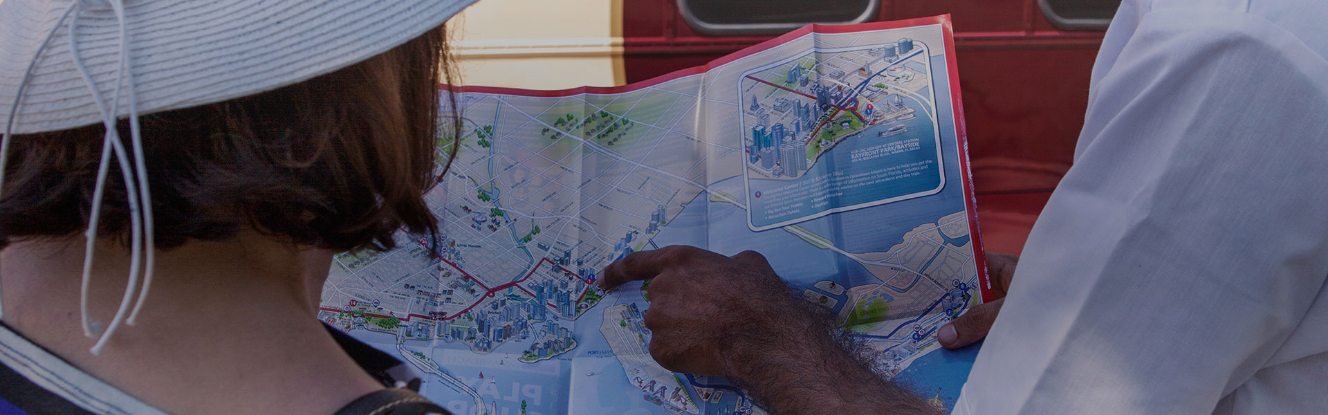 Un guía de Big Bus señalando un mapa