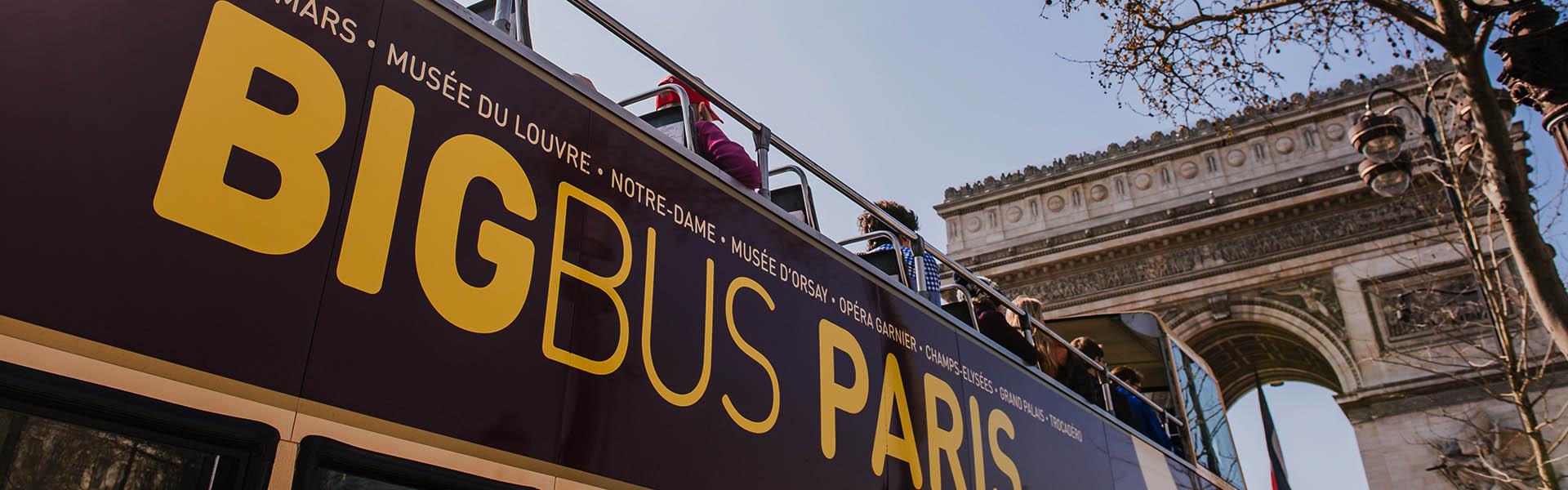 Tour de Big Bus cerca del Arco de Triunfo