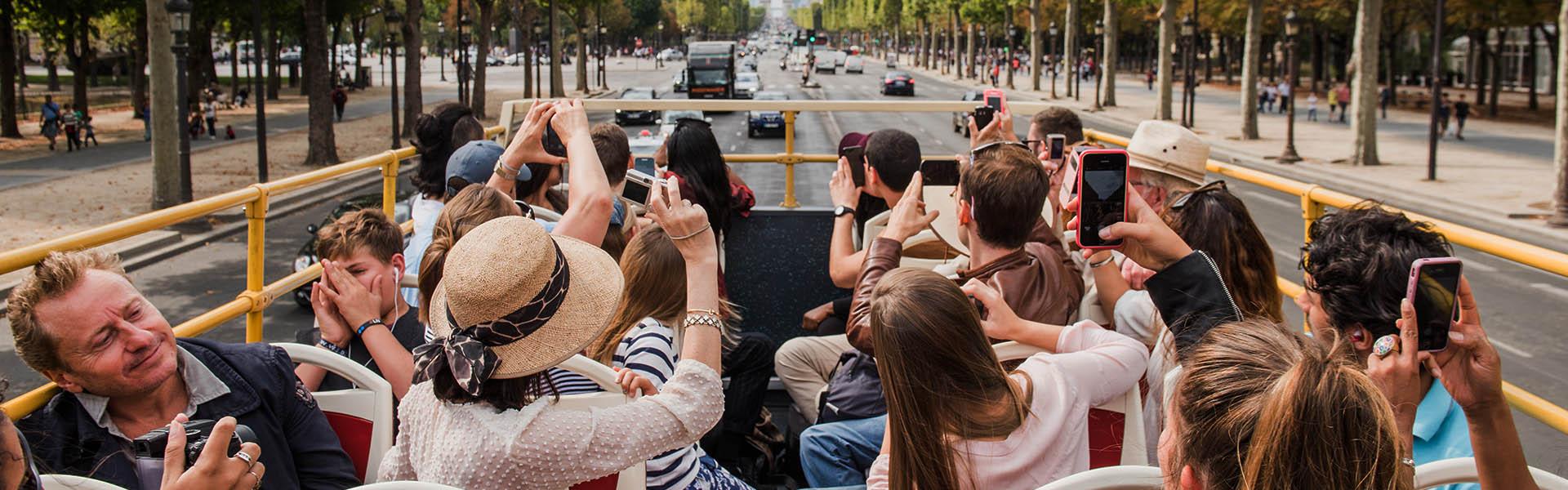 Touristes à bord d'un Big Bus à Paris