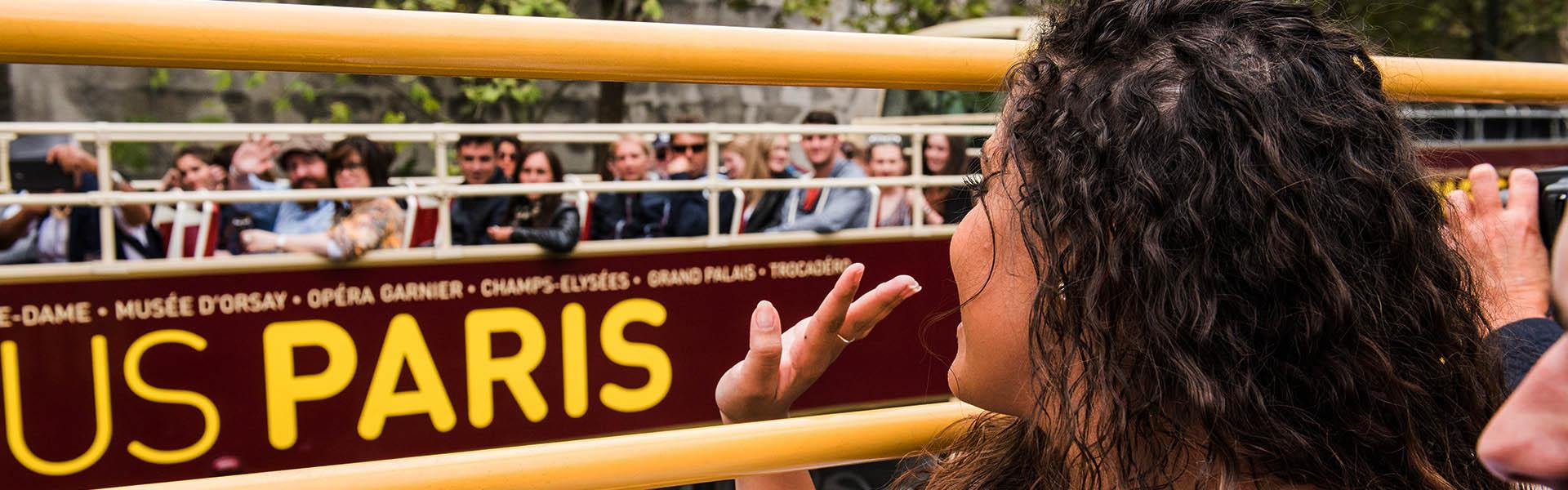 Touristes à bord de bus Big Bus à Paris