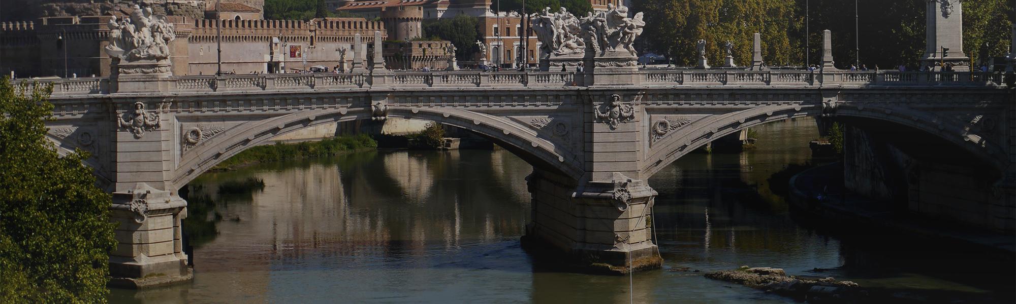 Puente sobre el río Tíber en Roma