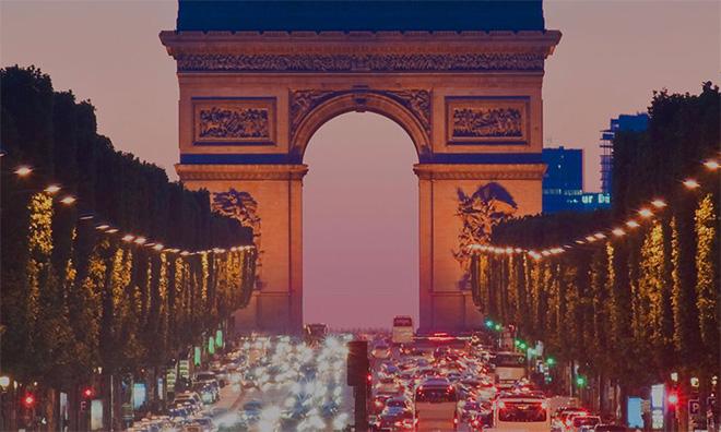 Vue des Champs-Elysées de Paris la nuit